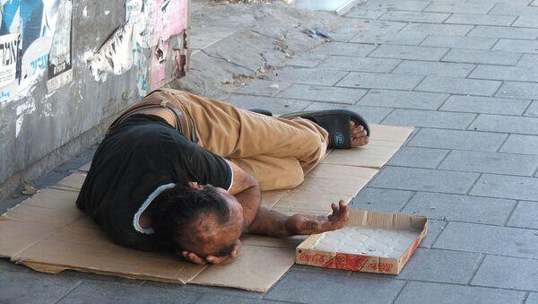 Просјак лежи на улици - Sputnik Србија