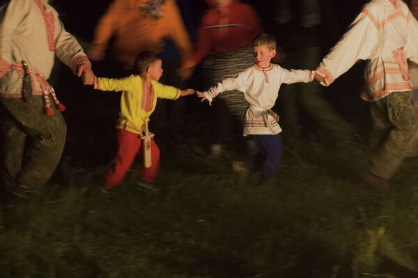 Deca za vreme praznika letnjeg Suncostaja u selu Okunjevo. - Sputnik Srbija