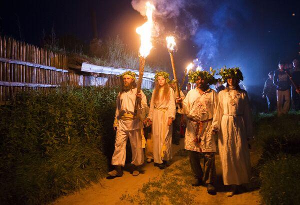 Učesnici praznika letnjeg Suncestaja u selu Okunjevo - Sputnik Srbija