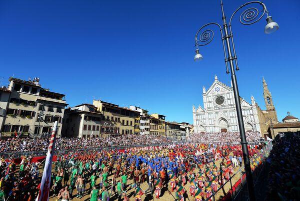 Гледаоци иду на утакмицу фирентинског калча на Тргу Санта Кроче у Фиренци. - Sputnik Србија