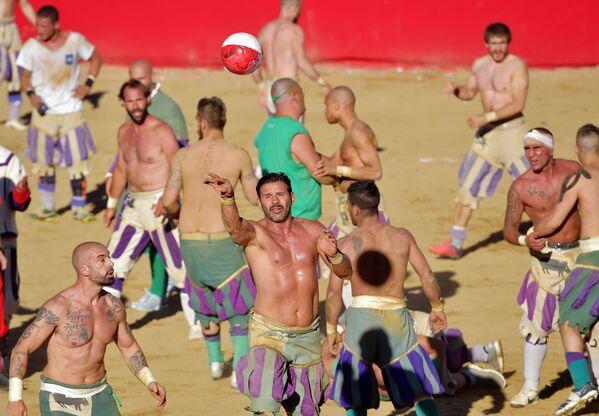 Играчи на утакмици фирентинског калча на Тргу Санта Кроче у Фиренци. - Sputnik Србија
