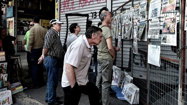 Људи читају новине у центру Атине 30. јуна, 2015 - Sputnik Србија