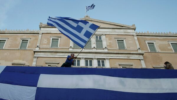 Застава Грчке се вијори испред зграде парламента у Атини - Sputnik Србија
