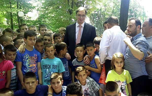 Александар Вучић са децом са Косова и Метохије - Sputnik Србија