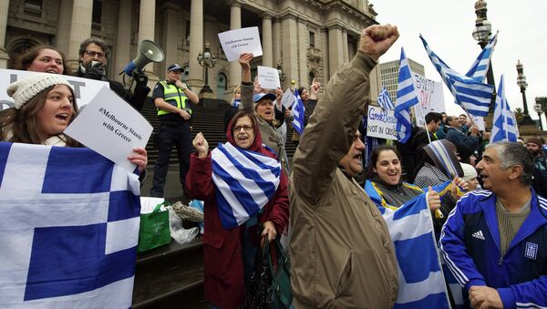 Protestors wave the Greek flag as they shout Oxi (No) during the Melbourne stands with Greece solidarity rally outside Parliament House in Melbourne on July 4, 2015 - Sputnik Србија
