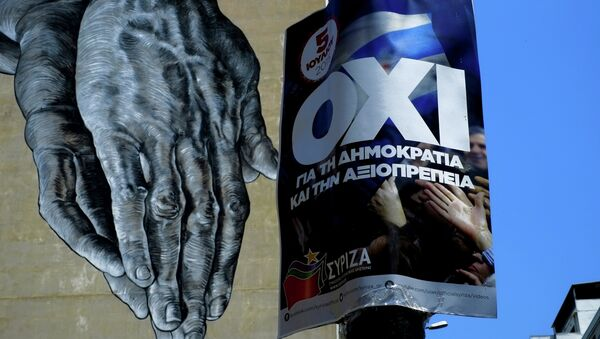 Ruke naslikane na zidu, a pored je bilbord koji poziva Grke da glasaju NE na referendumu - Sputnik Srbija