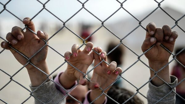 Деца се држе за ограду - Sputnik Србија