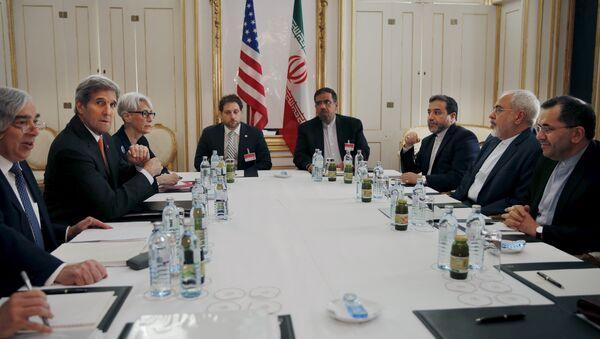 U.S. Secretary of Energy Ernest Moniz, U.S. Secretary of State John Kerry and U.S. Under Secretary for Political Affairs Wendy Sherman (L-3rd L) meet with Iranian Foreign Minister Mohammad Javad Zarif (2nd R) at a hotel in Vienna, Austria - Sputnik Србија