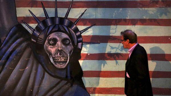 Satirično slikarstvo Kipa slobode naslikano na zidu bivše američke ambasade u Teheranu, Iran - Sputnik Srbija