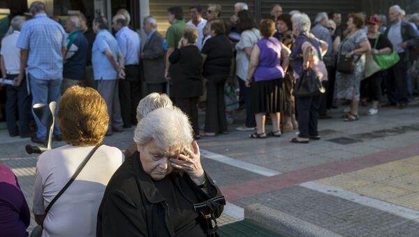 Људи у реду примају пензије испред Народне банке у Атини, Грчка, 2. јула, - Sputnik Србија