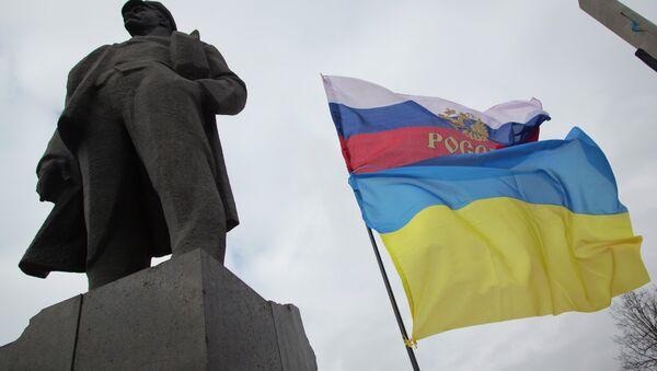 Заставе Украјине и Русије поред споменика Владимира Иљича Лењина, у Доњецку, источној Украјини - Sputnik Србија