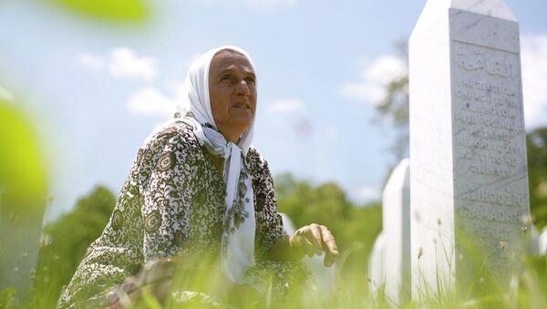 Босанска Муслиманка Изета Алихоџић у меморијалном центру Поточари код Сребренице - Sputnik Србија