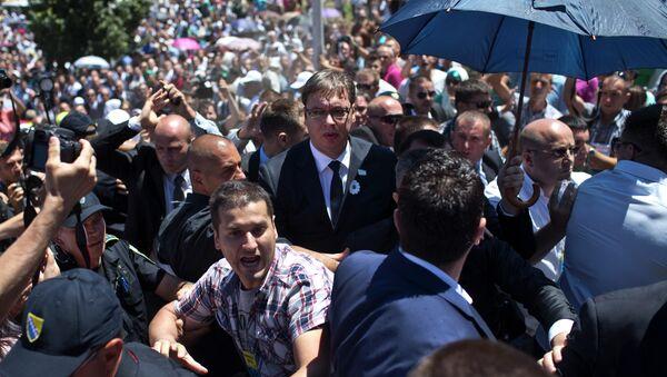 Телохранитељи штите Александра Вучића приликом напада у Сребреници - Sputnik Србија