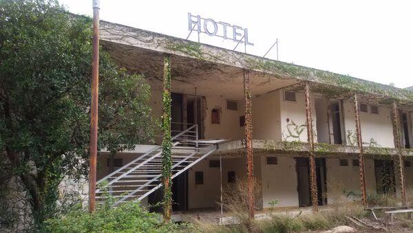 Zapušteno novosadsko odmaralište u Igranima kod Makarske, nekada jedan od najlepših hotela jadranske obale, čeka novog - starog vlasnika - Sputnik Srbija