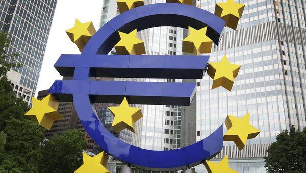 Бивше седиште ЕЦБ у Франквурту и лого евра - Sputnik Србија