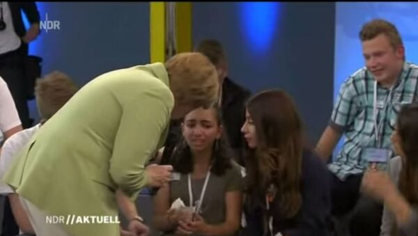 Ангела Меркел расплакала девојчицу из Палестине - Sputnik Србија