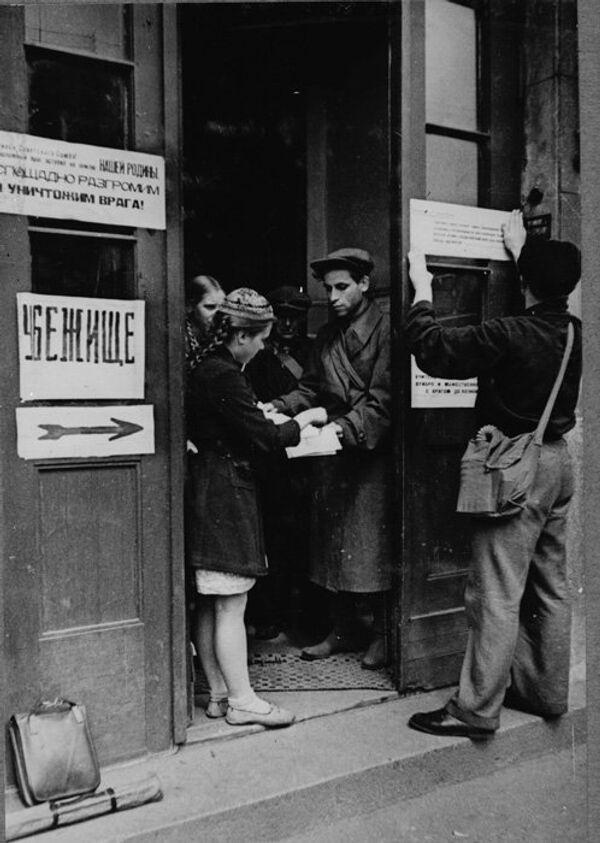 Људи каче натписе - Sputnik Србија