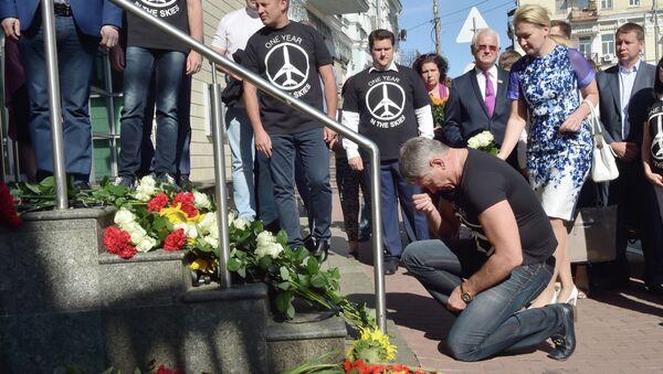 Полагање цвећа испред холандске амбасаде у Кијеву на годишњицу рушења малезијског МХ17 авиона. - Sputnik Србија