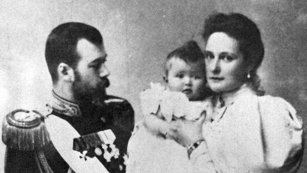 Car Nikolaj Romanov sa ženom Aleksndrom Fedorova i ćerkom Olgom - Sputnik Srbija