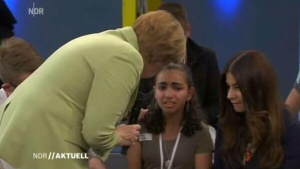 Ангела Меркел током емисије са девојчицом која се расплакала - Sputnik Србија