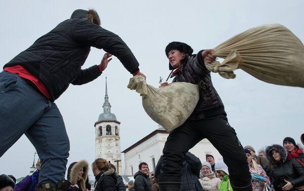 Четвртак је дан весеља када се организују уличне забаве у којима се исказује физичка снага и борилачке вештине. - Sputnik Србија