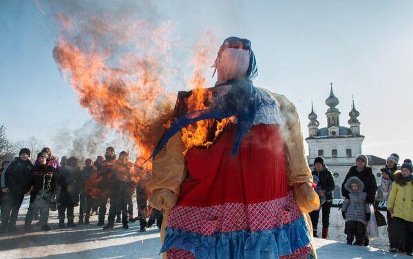 Првог дана празника свака кућа доноси по сноп сламе од којег се прави страшило, облаче га у женску одећу, а седмог дана се спаљује на ломачи. - Sputnik Србија