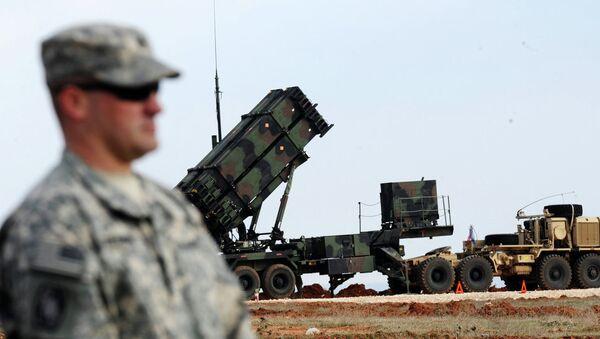 Američki vojnik stoji pored sistema Patriot - Sputnik Srbija