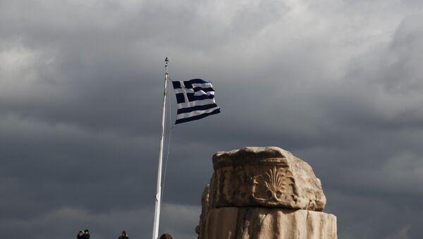 Grčka zastava ispred slomljnog antičkog stuba na Akropolju - Sputnik Srbija