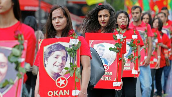 Преведи са језика: енглески Курдски демонстранти протестују у Паризу, Француска, у суботу, 25. јула, 2015, осуђујући смрт 32 људи у самоубилачком бомбашком нападу у понедељак, 20. јула на југоистоку Турске. - Sputnik Србија