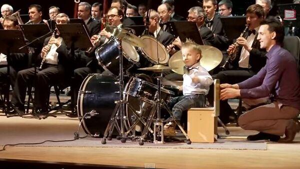 Трогодишњак предводи оркестар и ужива у свом извођењу - Sputnik Србија