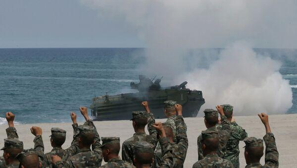 Filipinski marinci kliču dok se amfibijsko vozilo Američke ratne mornarice iskrcava na plažu tokom združene vojne vežbe u Južnom kineskom moru - Sputnik Srbija