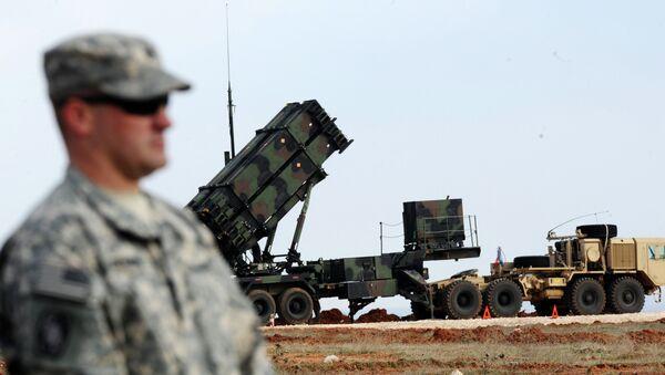 Američki vojnik stoji ispred raketnog sistema patriot u turskoj vojnoj bazi - Sputnik Srbija