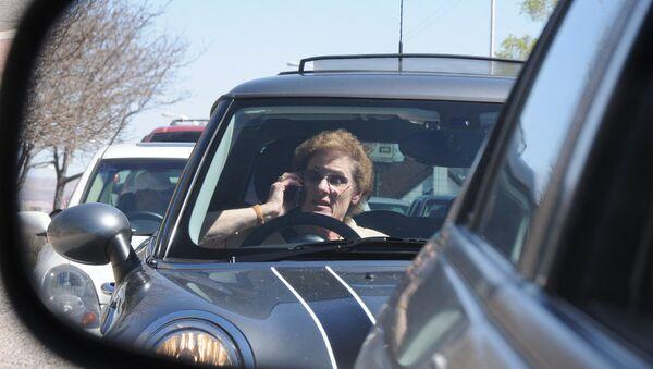 Vozač sa telefonom u rukama - Sputnik Srbija