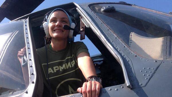 Репортер Спутњика Оливера Икодиновић у кабини хеликоптера Ми-8 - Sputnik Србија