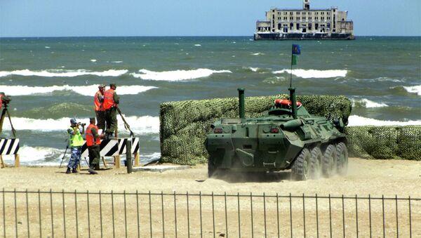 Ekipa Kazahstana iz ruskog oklopnog vozila BTR-80 cilja metu u Kaspijskom moru - Sputnik Srbija