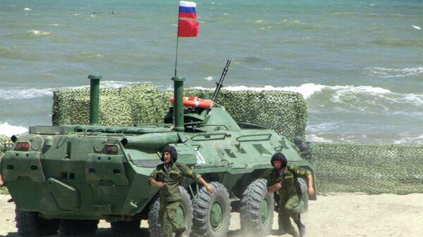 Екипа Русије у свом оклопном возила БТР-80 на полигину у Дагестану - Sputnik Србија