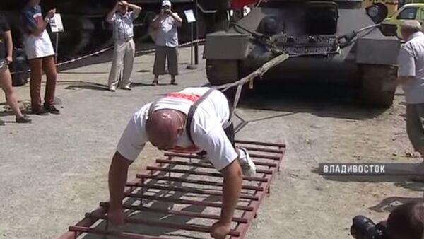 Ivan Savkin vuče tenk - Sputnik Srbija