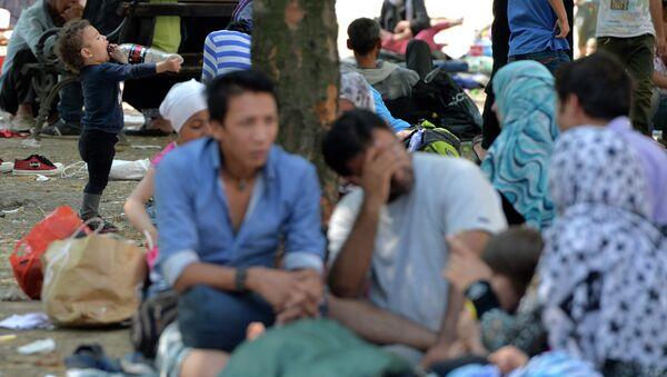 Мигранти из Сирије у парку код аутобуске станице у Београду - Sputnik Србија