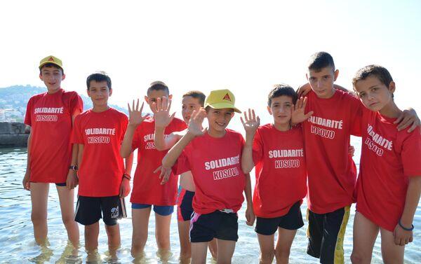 Srpska deca sa Kosova kojima je pomogla fondacija francuskog humanitarca Arnoa Gujona - Sputnik Srbija
