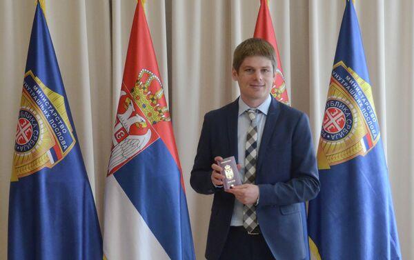 Francuski humanitarc Arno Gujon sa srpskim pasošem - Sputnik Srbija