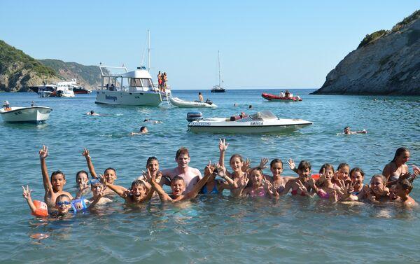 Arno Gujon na moru sa srpskom decom sa Kosova - Sputnik Srbija