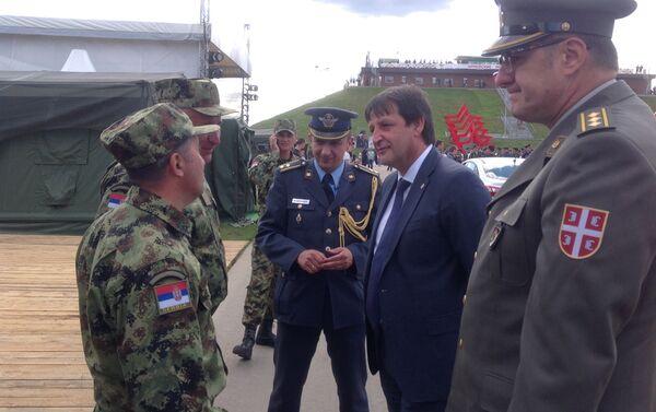 Ministar Bratislav Gašić čestita srpkim vojnicima na vojnom poligonu Alabino , blizu Moskve - Sputnik Srbija