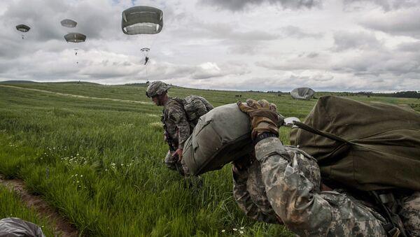 Američki padobranci pod vodstvom NATO-mirovne misije na Kosovu (KFOR)  tokom vojne vežbe u blizini sela Ramjan, Kosovo, 27. maja 2015. godine. - Sputnik Srbija