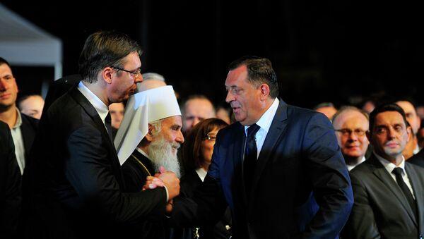 Aleksandar Vučić se pozdravlja sa Miloradom Dodikom, pored njih stoji patrijarah Irinej - Sputnik Srbija