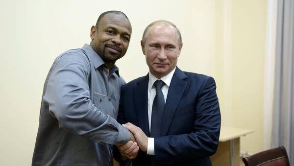 Američki bokser Roj Džons Junior i predsednik Rusije Vladimir Putin 19. avgusta 2015. god. u Sevastopolju - Sputnik Srbija
