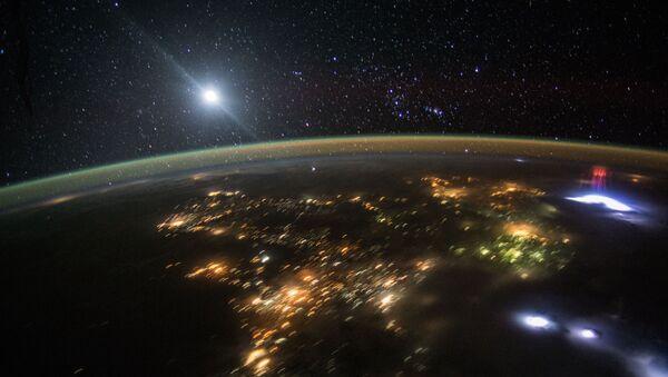 """Leteći preko Centralne Amerike ovog meseca, astronaut je napravio divnu fotografiju večernjeg neba iznad Zemlje osvetljene ogromnim crvenim mlazevima elektromagnetnih pražnjenja poznatih kao """"Vilenjak"""" - Sputnik Srbija"""
