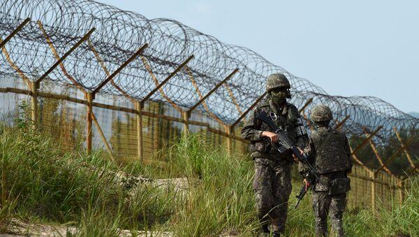 Јужнокорејски војници патролирају у демилитаризованој зони на граници са Северном Корејом - Sputnik Србија