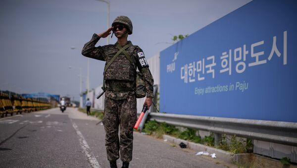 Južnokorejski vojnik stoji na mostu koji razdvaja dve Koreje - Sputnik Srbija