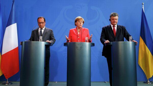 Nemačka kancelarka Angela Merkel, francuski predsednik Fransoa Oland (L) i ukrajinski predsednik Petro Porošenko govore za medije nakon njihovog sastanka u kancelariji u Berlinu, Nemačka, 24. avgusta, 2015 - Sputnik Srbija