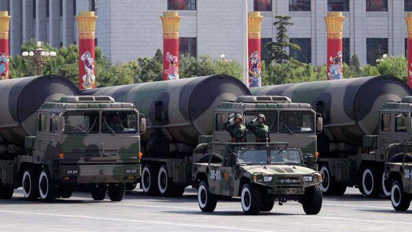 Ракете способне да носе нуклеарно бојево пуњење приказане на војној  паради поводом 60. годишњице оснивања Народне Републике Кине у Пекингу - Sputnik Србија